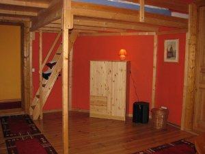 das wohnzimmer ist gem tlich mit sofas und sesseln ausgestattet ein. Black Bedroom Furniture Sets. Home Design Ideas